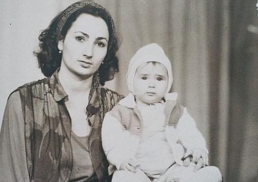 Айза Анохина с мамой. Детсво